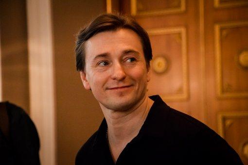 Недавно ставший отцом в пятый раз актёр Сергей Безруков хочет с женой усыновить ребёнка
