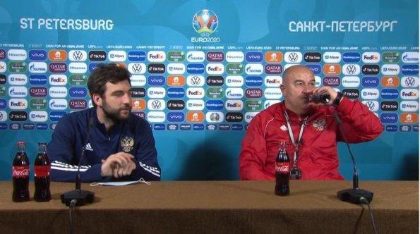 Главный тренер сборной России Черчесов стал объектом обсуждений, ответив на жест Роналду против колы