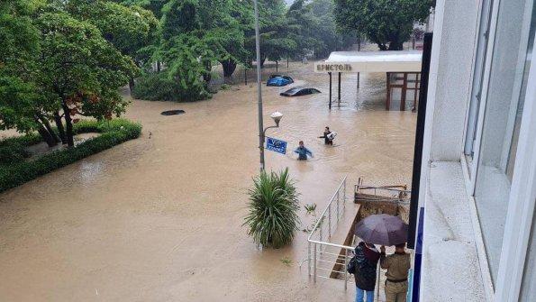 В Ялте из-за проливных дождей на территории Крыма введён режим ЧС