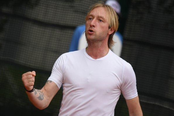 Евгений Плющенко показал, как выпускает в пруд рыб, и назвал себя Дуремаром