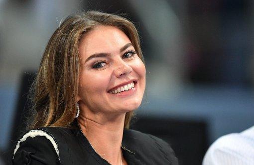 38-летняя Алина Кабаева показала фото с подопечными в платье с гербом России