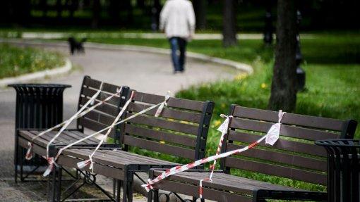 В Москве снова разрешено сидеть на скамейках в городских парках