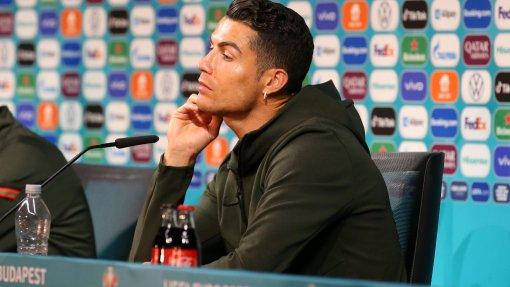 УЕФА запретил футболистам убирать бутылки спонсоров после ситуации с Роналду