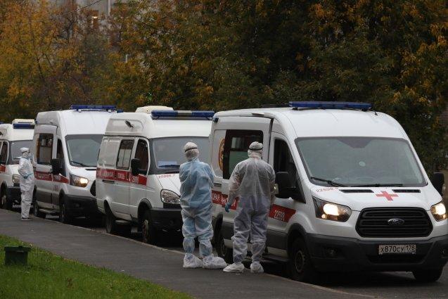 У больницы Святого Георгия в Санкт-Петербурге образовалась очередь из более 20 карет скорой помощи