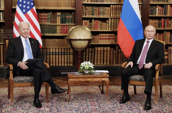 Президенты России Путин и США Байден удалились для переговоров в узком составе на саммите в Женеве