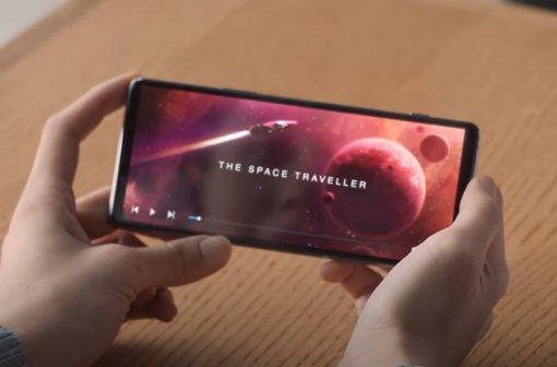 Sony показала неизвестный смартфон с подэкранной в рекламе новых наушников