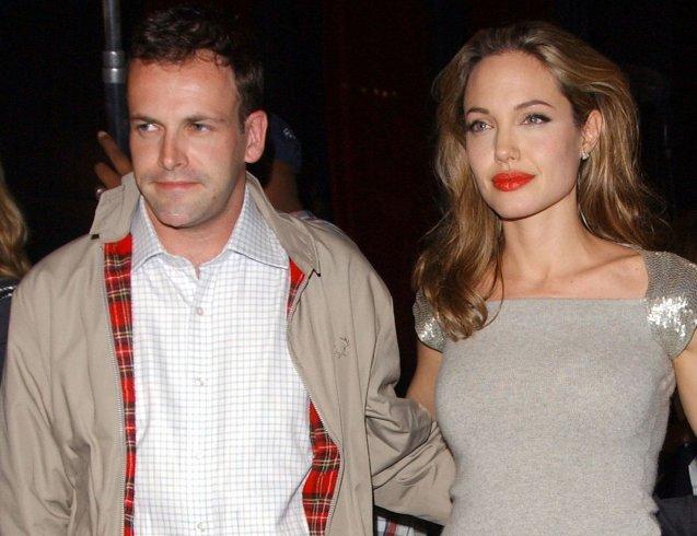 Анджелину Джоли заметили входящей в дом бывшего супруга актера Джонни ли Миллера с бутылкой вина