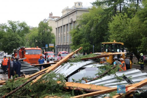 На улице Правды в Москве из-за сильного ветра обрушилась крыша