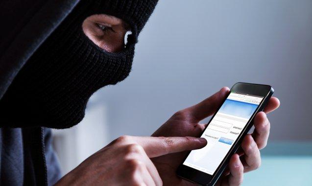 Телефонные мошенники придумали новых способ хищения, убеждая жертв выбрасывать деньги в окно