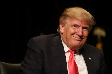 Трамп раскритиковал СМИ за слабое освещение падения Джо Байдена на трапе самолета