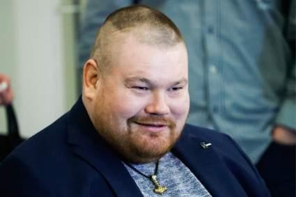 Беременная супруга Вячеслава Дацика ворвалась на ринг и остановила его избиение