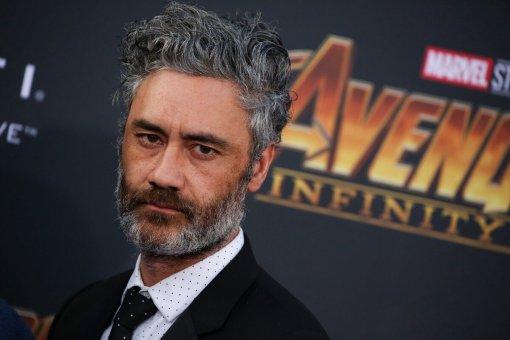 В студии Marvel возмущены групповым поцелуем режиссера «Тора» Вайтити с Ритой Орой и Тессой Томпсон