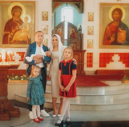 Денис Глушаков и его возлюбленная Ксения Коваленко покрестили двухмесячную дочку Милу