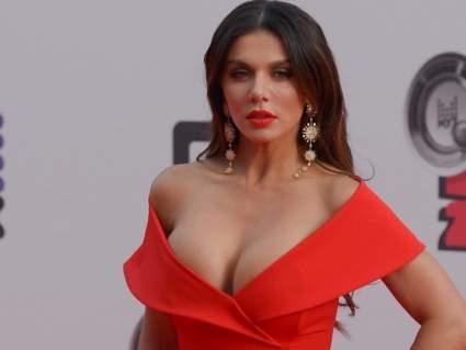 Певица Седокова в красном бикини похвасталась упругими ягодицами