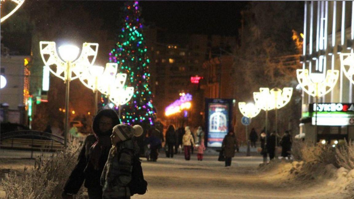 В Архангельске начали устанавливать первую новогоднюю ель