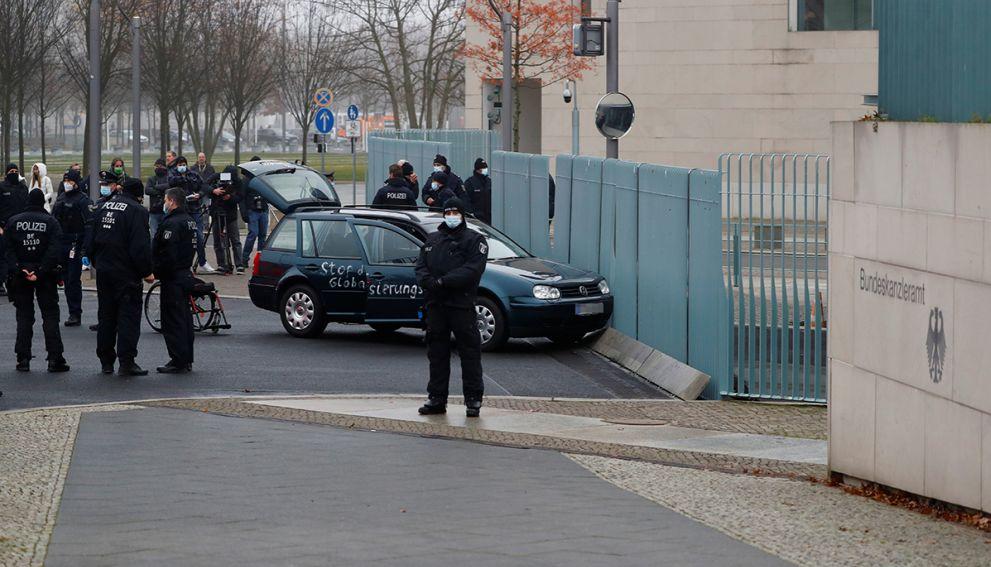 Автомобиль врезался в ворота ограждения резиденции Меркель в Берлине