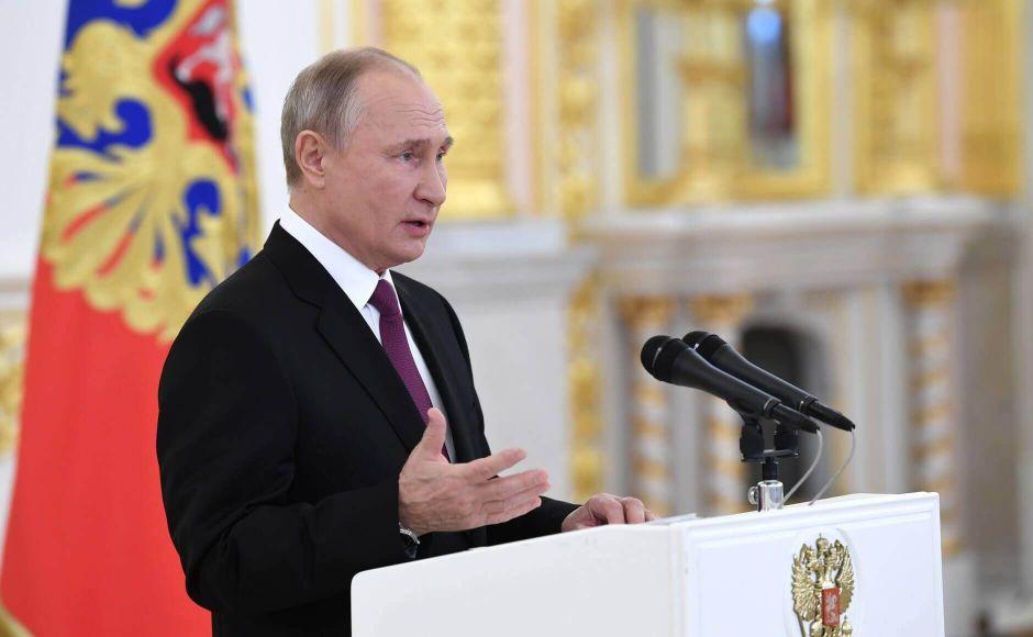 Путин призвал чиновников обратить внимание на проблемы с доходами населения