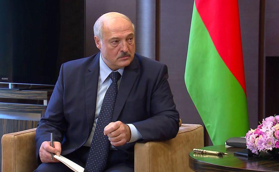 Лукашенко заявил, что не будет президентом при новой конституции