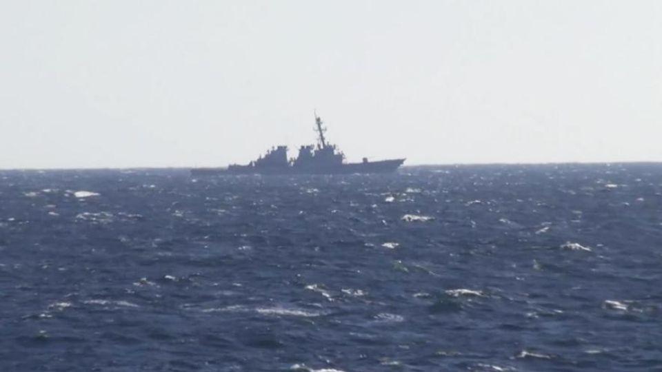 Минобороны опубликовало видео с нарушившим границу России эсминцем США