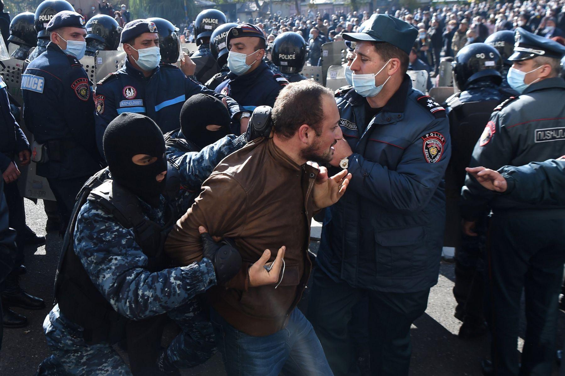 Полицейские покинули площадь в центре Еревана после разгона митинга
