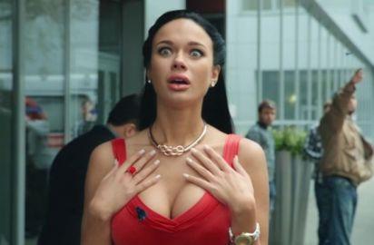 «Платье держится на честном слове»: Яна Кошкина подразнила поклонников глубоким декольте