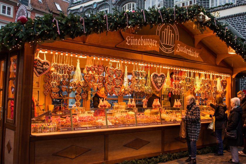 Вопреки пандемии: в Германии открылась рождественская ярмарка для автомобилистов