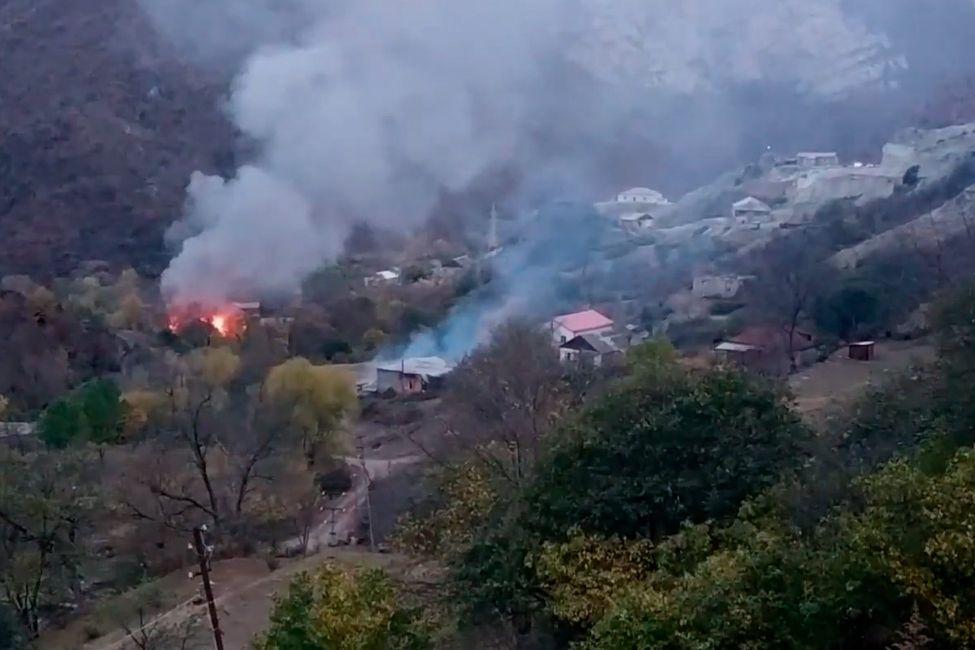 Жители перешедших Азербайджану районов Карабаха стали сжигать свои дома