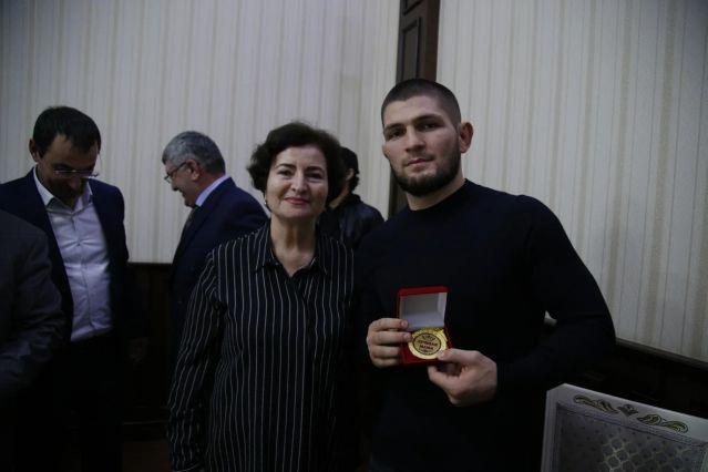 Мать Хабиба Нурмагомедова наградили медалью «Лучшая мама» в Дербенте