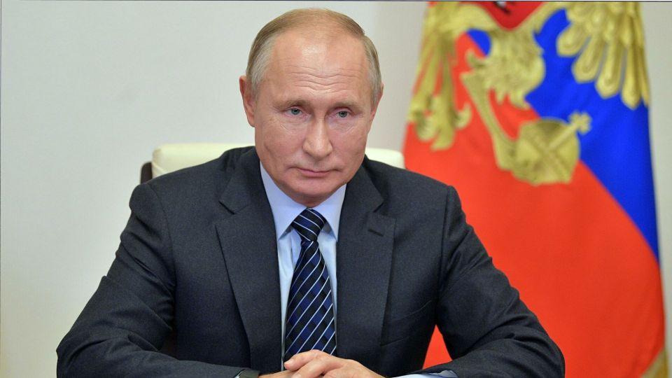 В Кремле отреагировали на порванный депутатом в Петербурге портрет Путина