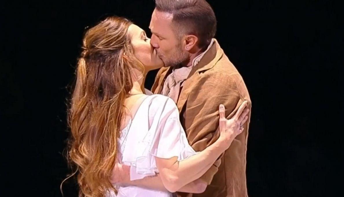 Тодоренко поцеловала Костомарова в губы в эфире Первого канала