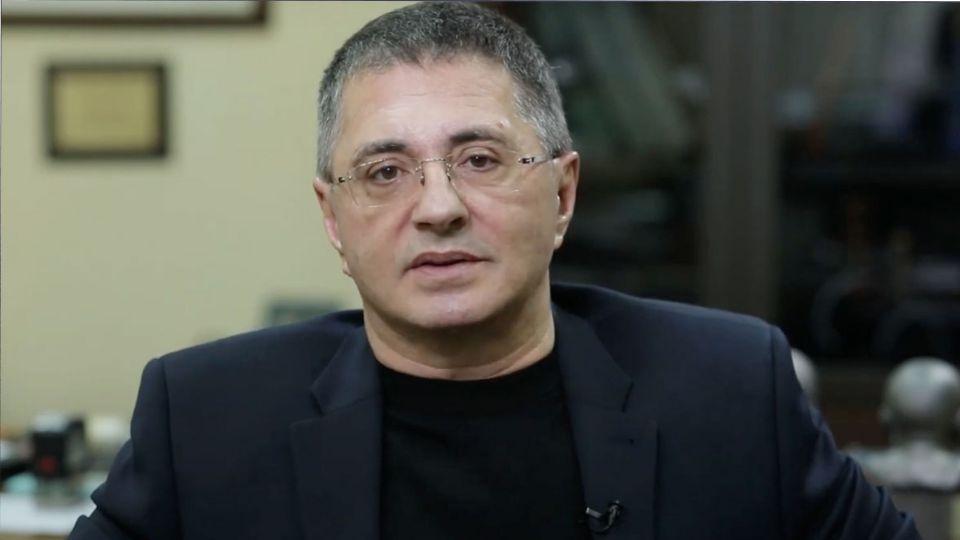 Доктор Мясников призвал россиян не отменять празднование Нового года из-за пандемии