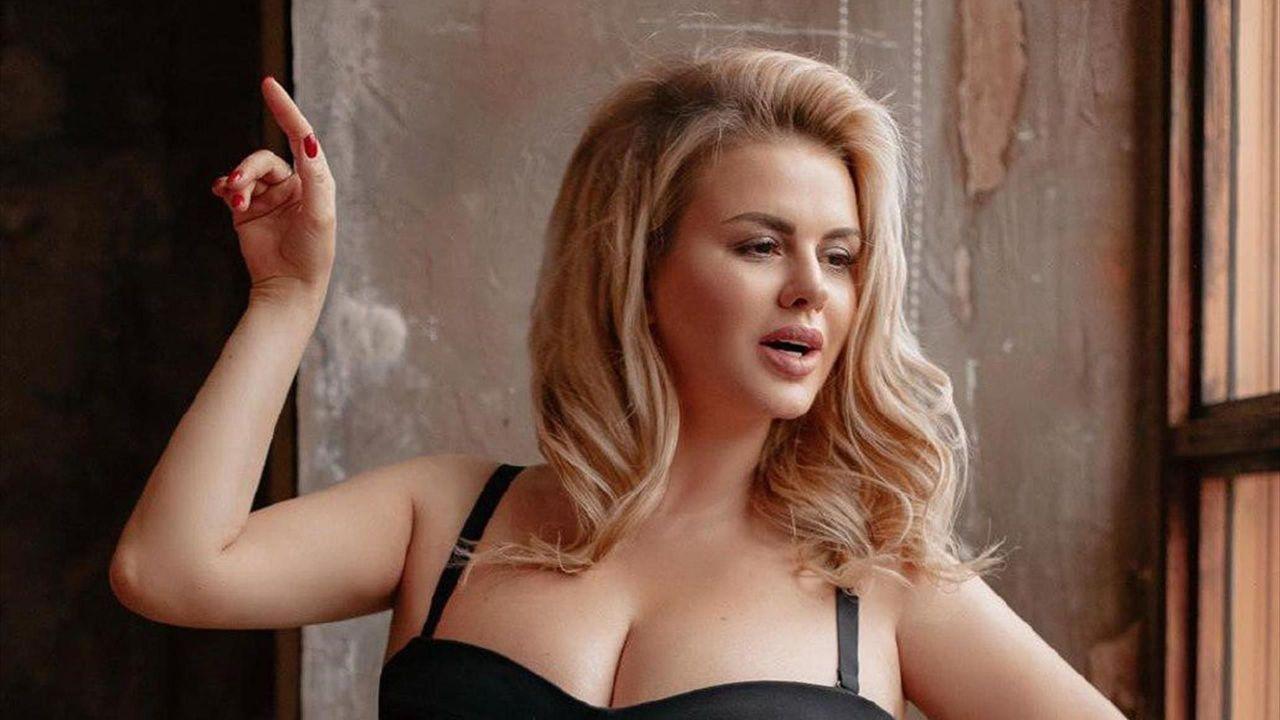 Анна Семенович взобралась на подоконник и показала роскошное декольте