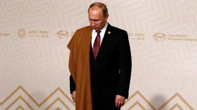 Путин посадил рядом с собой фигурку из Малайзии во время выступления на саммите АТЭС