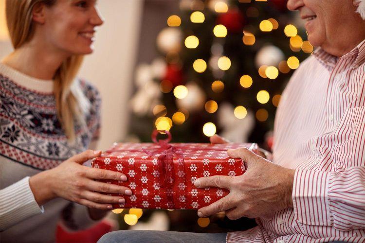 Более половины россиян снизят траты на новогодние подарки