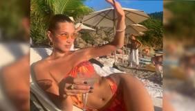 Самая красивая женщина в мире попозировала на пляже в бикини с пивом
