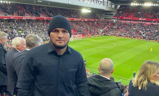 """Экс-чемпион UFC Нурмагомедов посетил матч """"Ливерпуля"""" и """"Манчестер Сити"""" в Англии"""