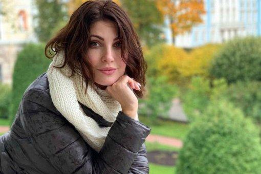 Актриса Анастасия Макеева продемонстрировала фигуру в золотистом бикини