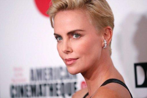 Актрису Шарлиз Терон раскритиковали за появление на публике в очень короткой юбке