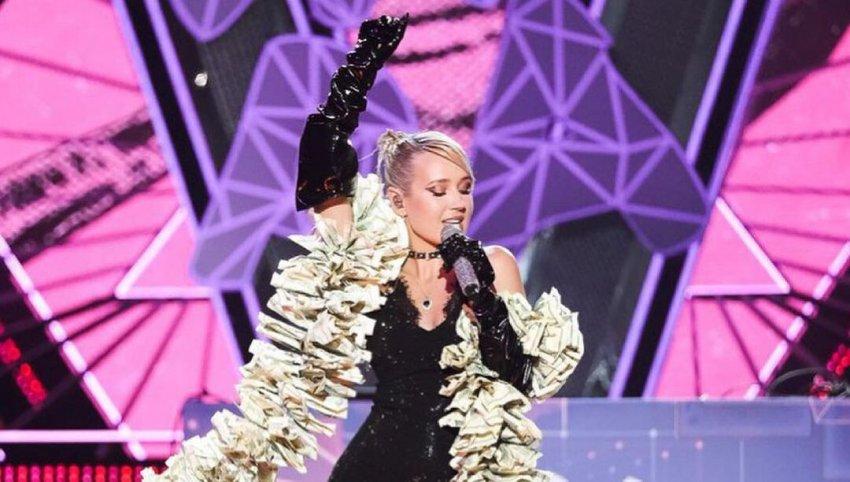 Певица Клава Кока обвинила Леди Гагу в копировании ее боа из долларовых купюр