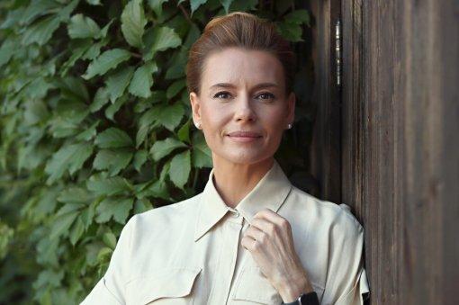 Актриса Любовь Толкалина впервые побывала на могиле своей крестной матери