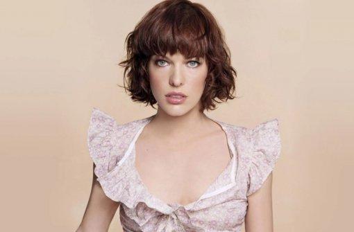 Актриса Милла Йовович вышла на подиум в коротком платье на модный показ