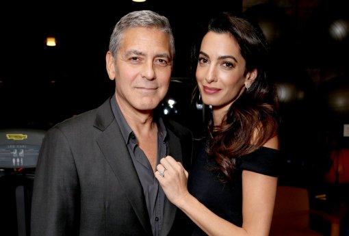 Беременная двойней жена Джорджа Клуни пришла на премьеру фильма в платье с разрезом