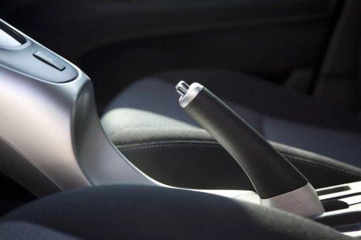 Водителям в России назвали секрет, чтобы стояночный тормоз цепко удерживал авто