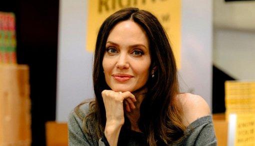 Ботокс, филлеры и подтяжки: косметолог объяснила, как Анджелина Джоли сохраняет молодость