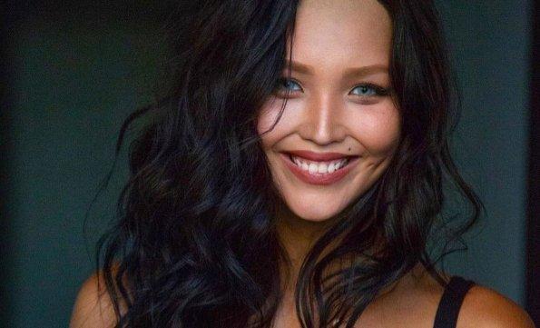 Соблазнительница: молодая жена Цекало показала упругую грудь в тонкой кофте без белья