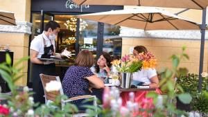 Ресторанам в России запретили включать чаевые в чек