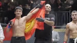 Боец MMA Кулуев показал сопернику средний палец и нокаутировал его