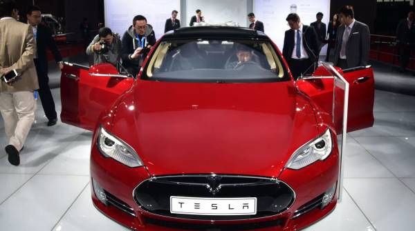 Электрокары Tesla могут стать более дешевыми с новыми батареями