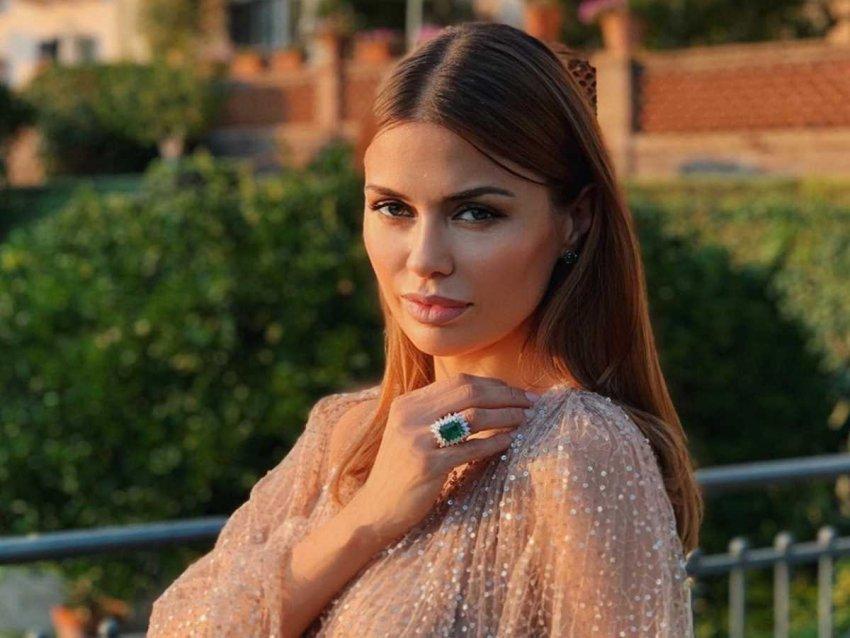 Телеведущая Виктория Боня устроила эротическую домашнюю фотосессию с розами