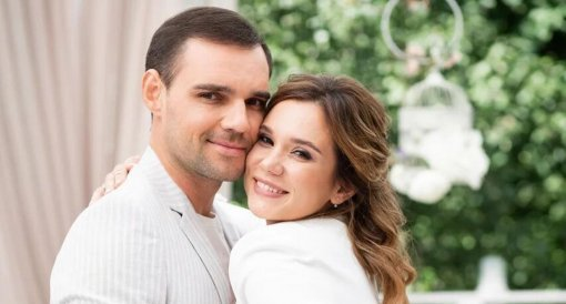 Жена актера Артема Алексеева заявила, что он её бил, а также изменял с известной актрисой